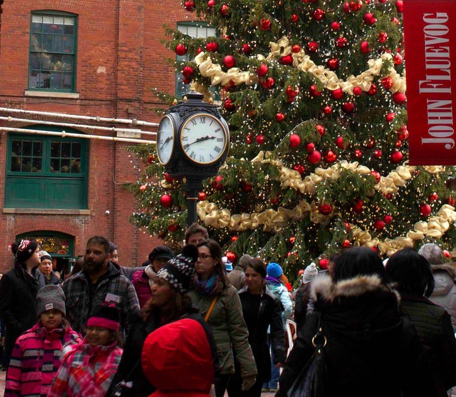 Christmas-tree-and-clock-at-Toronto-Distillery