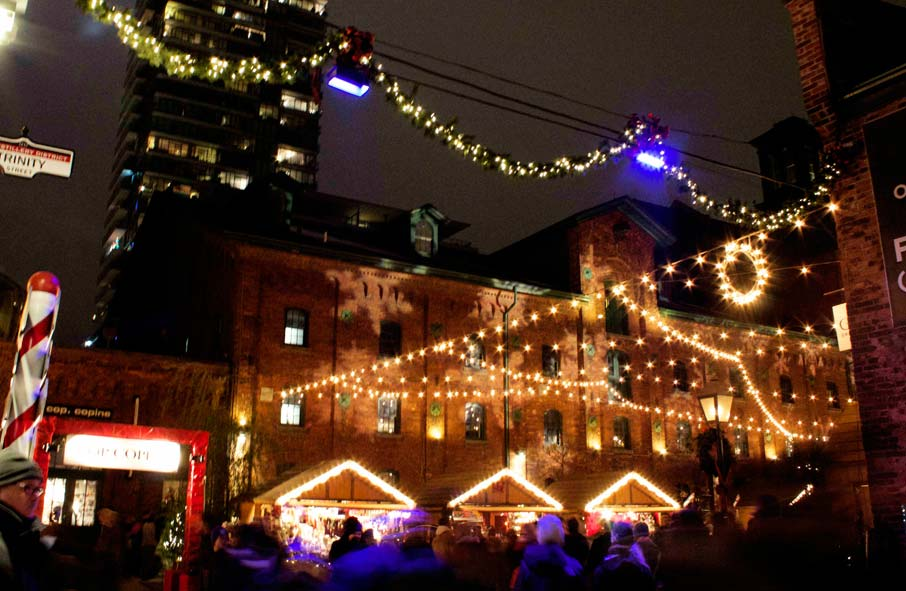 Night-scene-of-booths-at-Toronto-Christmas-Market-in-Distillery-lane