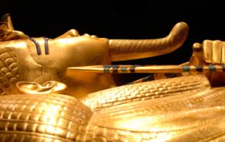 Statue-of-Egyptian-pharoah-Tutankhamun-side-profile